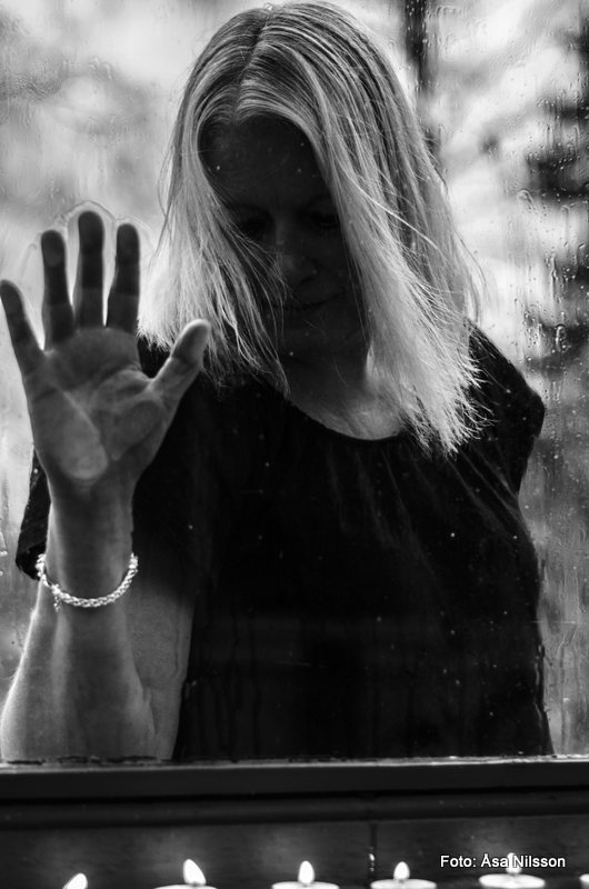 Behind Glass. Nikon D7000, Nikon 50 mm. ISO 250. 1/160 sekund. f/2.2.